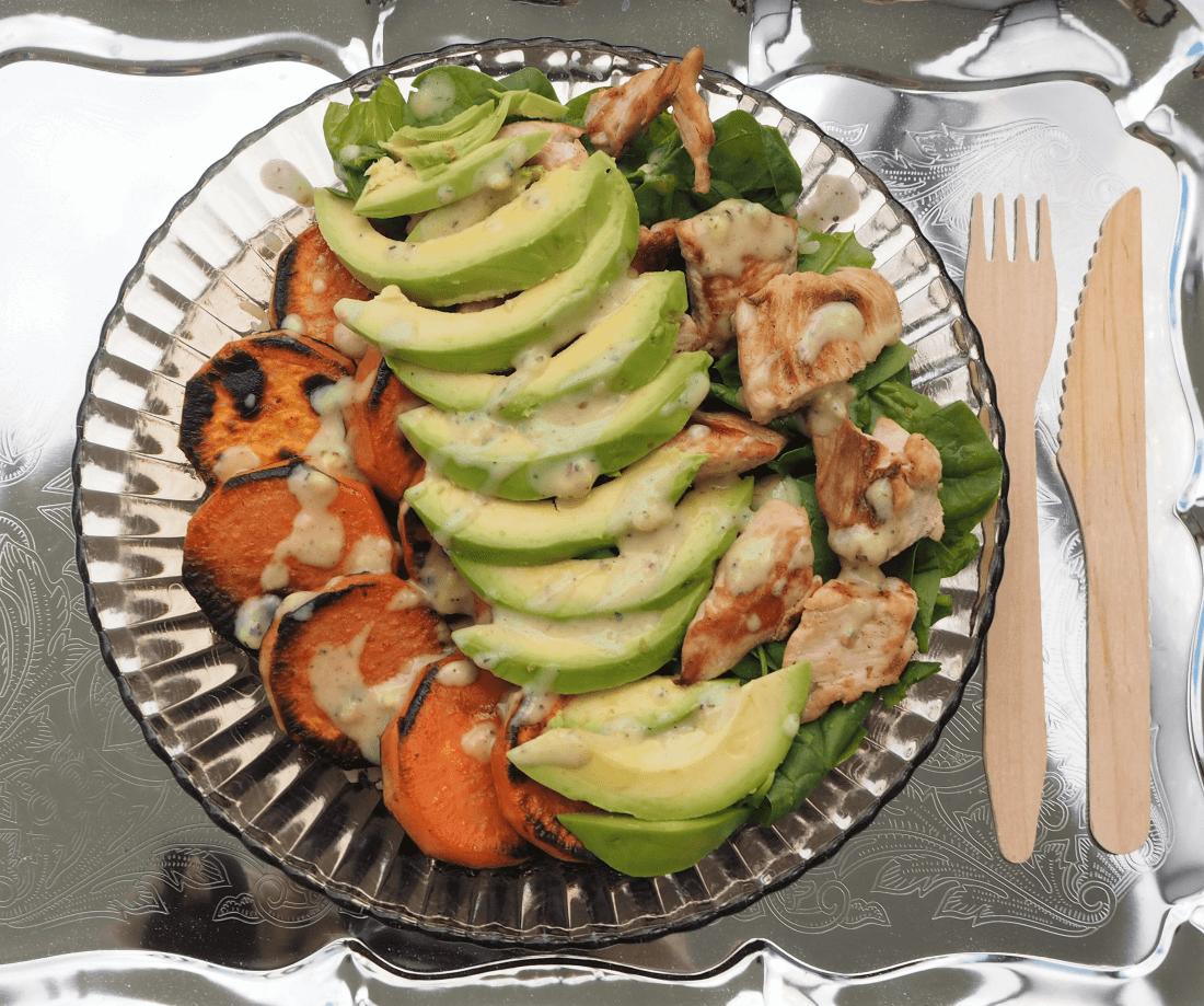 Essen in Schüssel ist wunderbar! Wie wäre es mit dieser Bowl mit Avocado und Süßkartoffeln? Glutenfrei und einfach lecker! | Finde das Rezept jetzt auf kuechemitherz.com