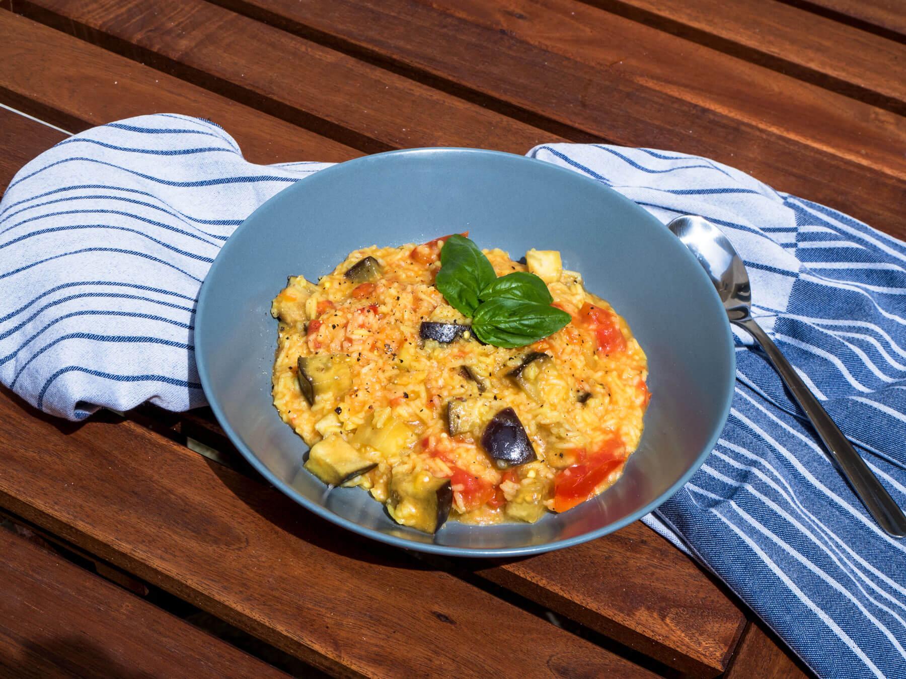 Auch im Sommer schmeckt ein Risotto vorzüglich. Finde das Rezept für ein sommerliches Tomaten-Auberginen-Risotto und ließ von meinem Zero Waste-Versuch!